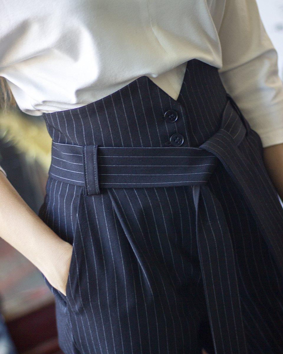 Брюки зауженные с высокой талией черного цвета в узкую полоску