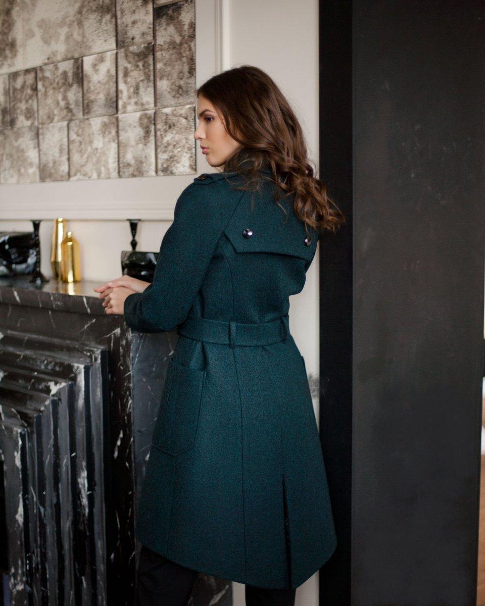 Зимнее двубортное пальто с декоративным лацканом