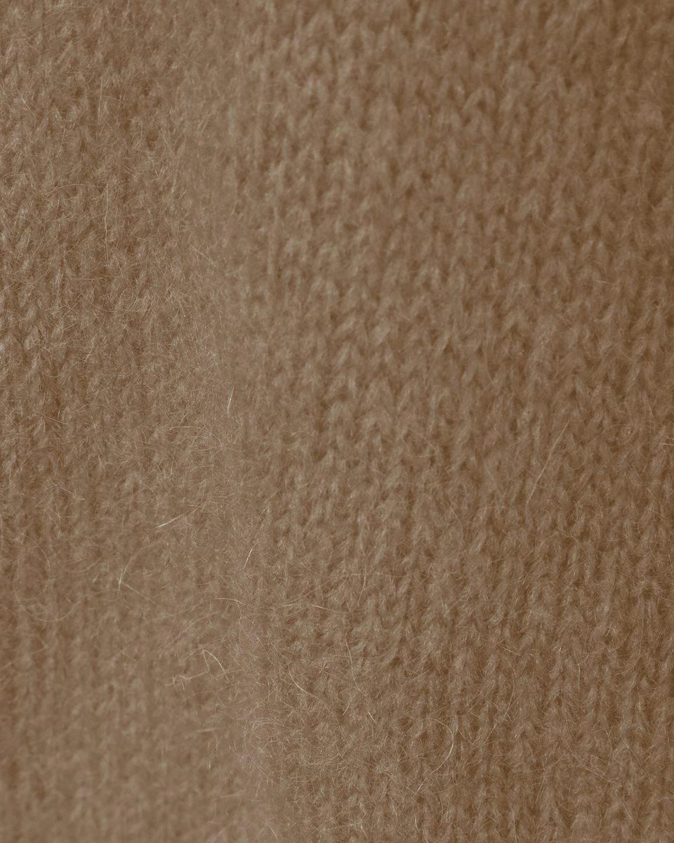 Удлиненный джемпер бежевого цвета с глубоким вырезом