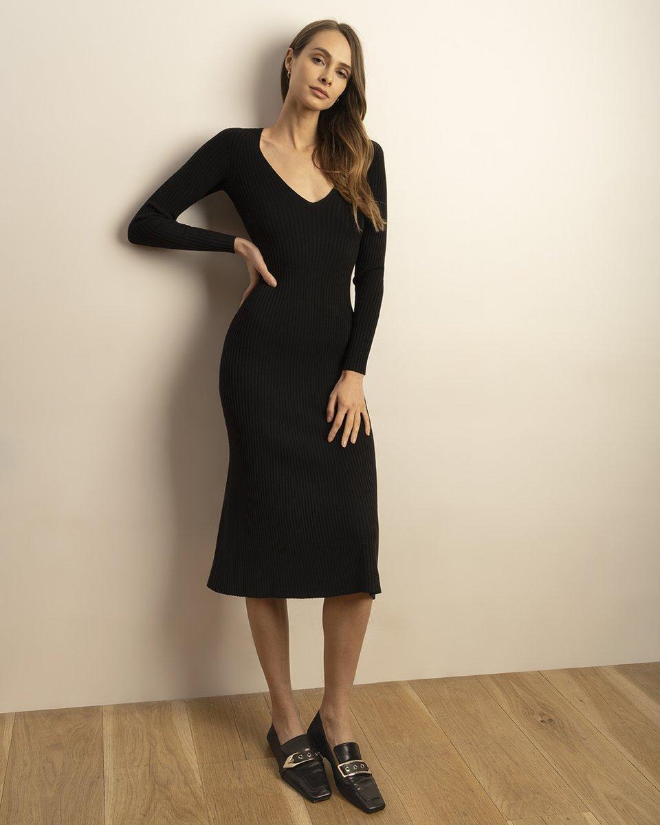 Трикотажное платье черного цвета с глубоким вырезом