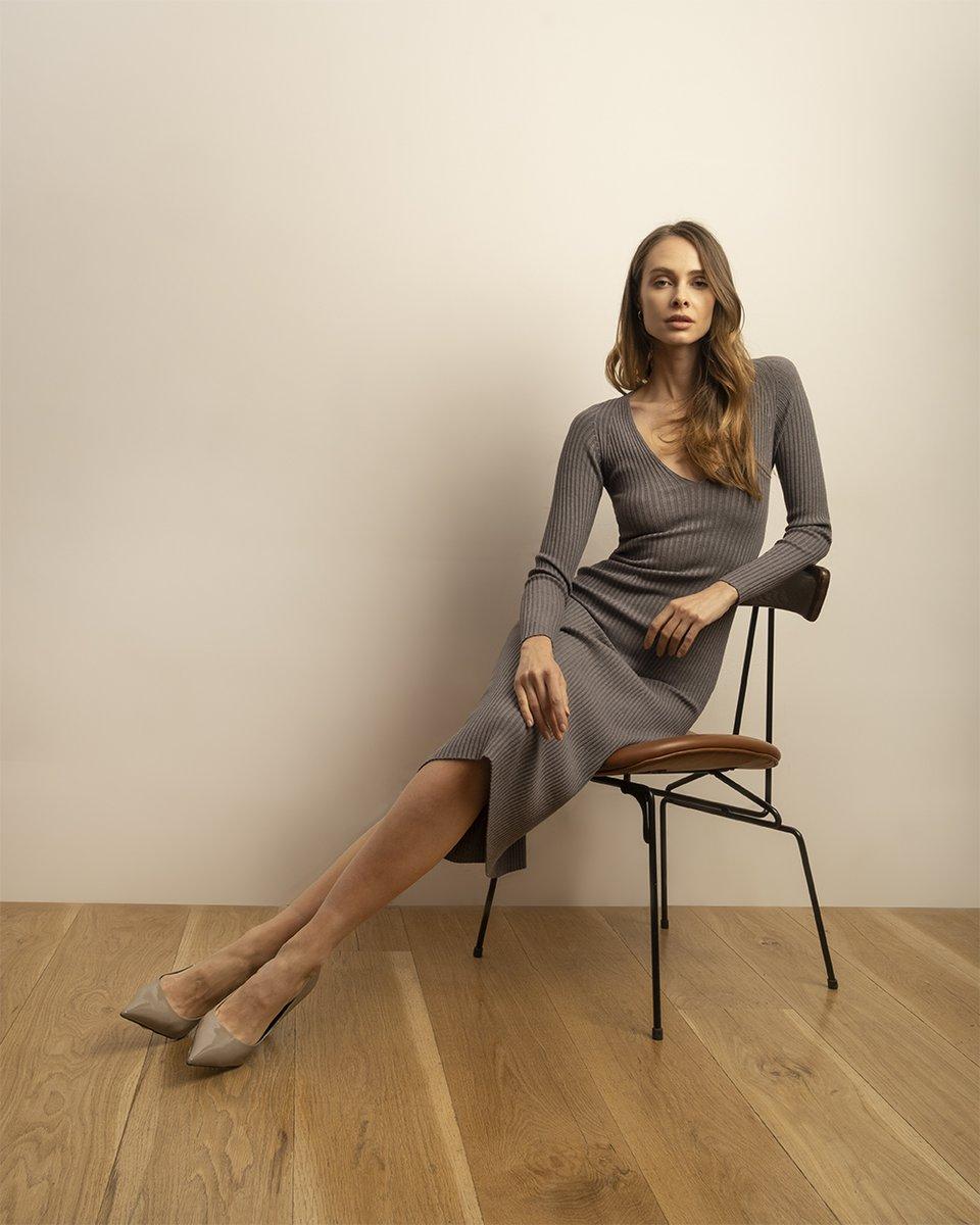 Трикотажное платье серого цвета с глубоким вырезом