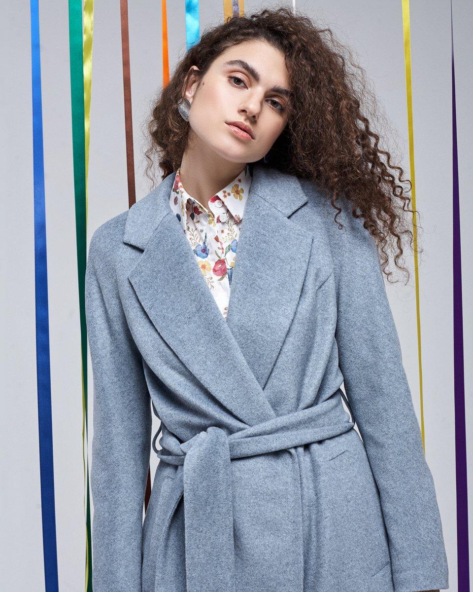 Пальто серо-голубого цвета с декоративной складкой на спине