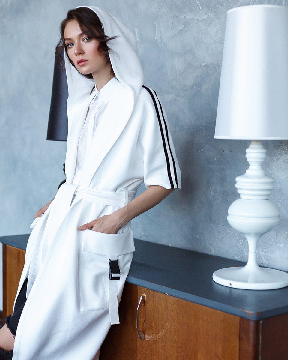 Кардиган в спортивном стиле с капюшоном и лампасами белого цвета