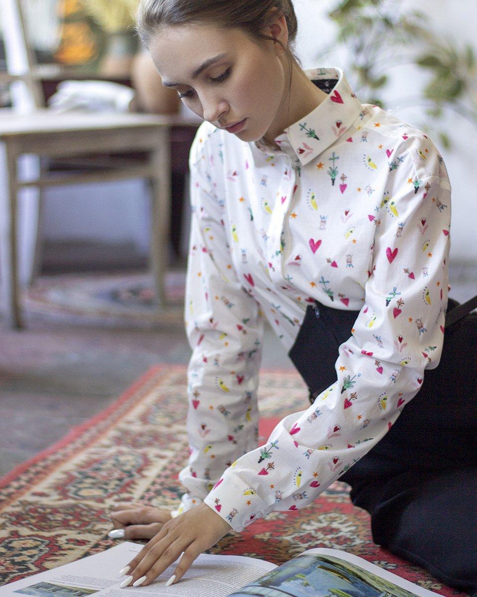 """Классическая блуза белого цвета с принтом """"Сердца"""""""
