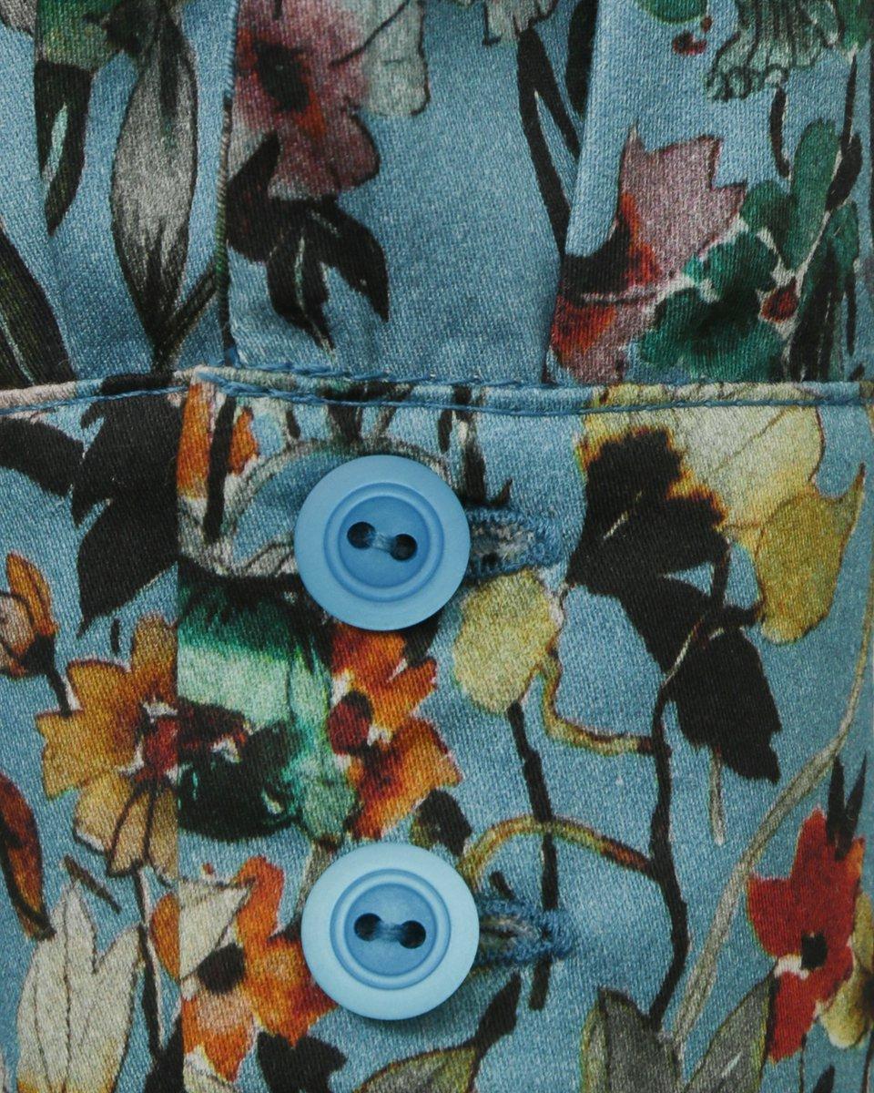 Классическая блуза голубого цвета с цветочным принтом