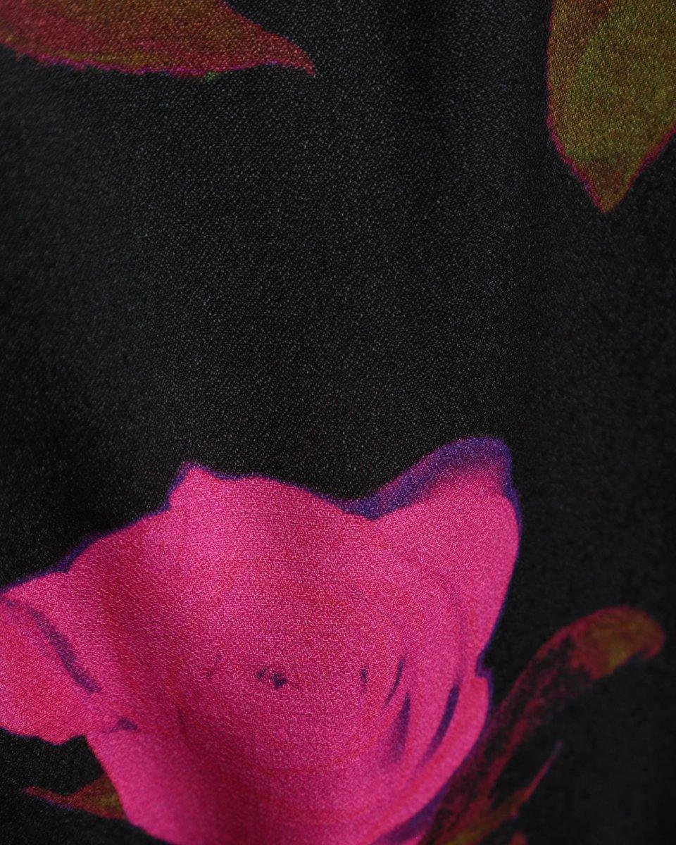 Комбинезон в крупные цветы с атласными лацканами и пуговицами