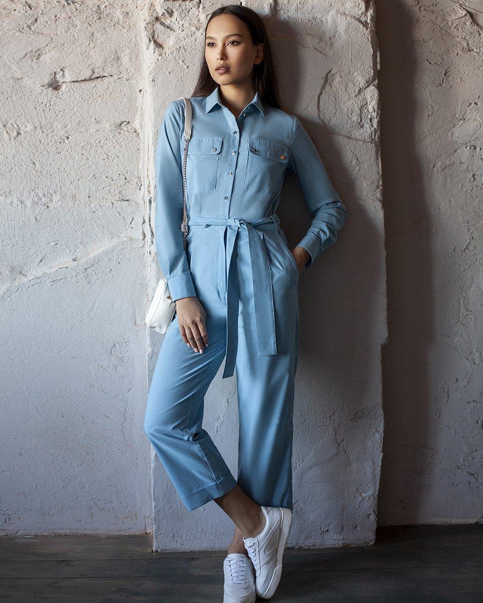 Комбинезон с накладными карманами голубого цвета
