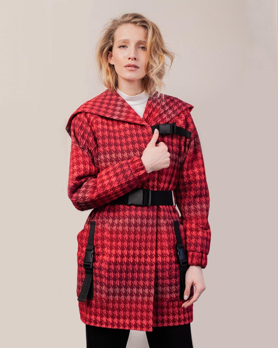Куртка в спортивном стиле из фактурной ткани вишневого цвета