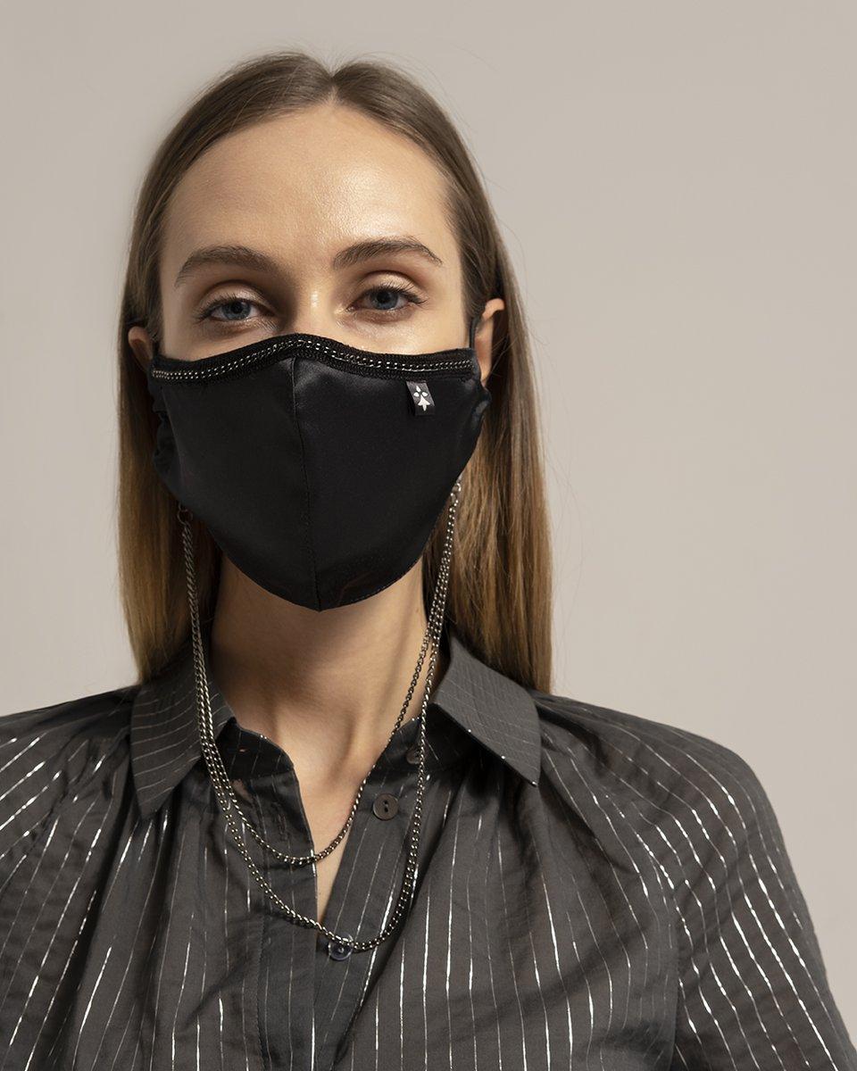 Многоразовая маска черного цвета с серебряной цепочкой