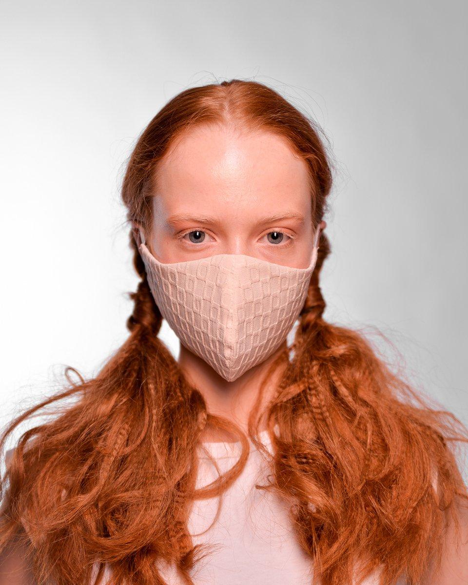 Многоразовая маска цвета экрю с фактурным рисунком