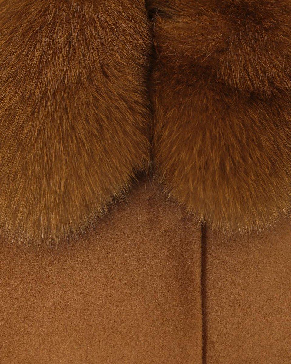 Зимнее пальто бежевого цвета с фестонами и меховым воротником