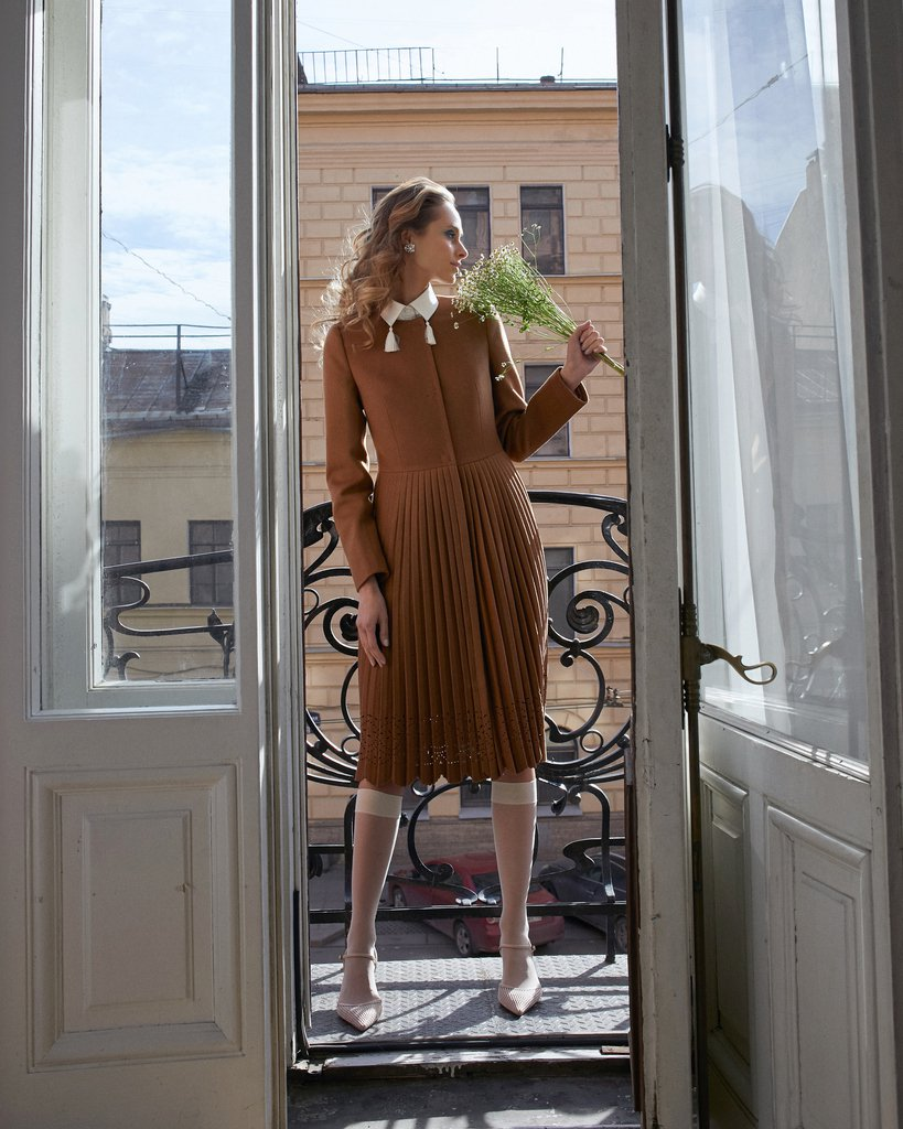 Пальто бежевого цвета с юбкой-плиссе