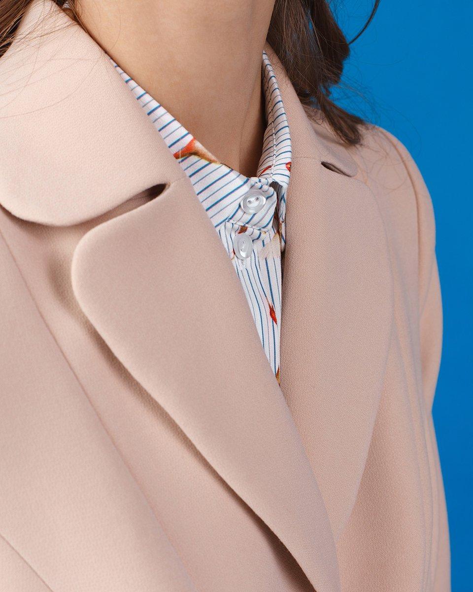 Пальто бежевого цвета с юбкой плиссе