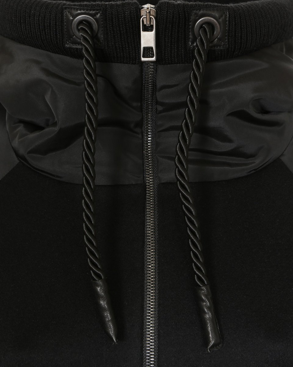 Зимнее пальто в спортивном стиле с капюшоном