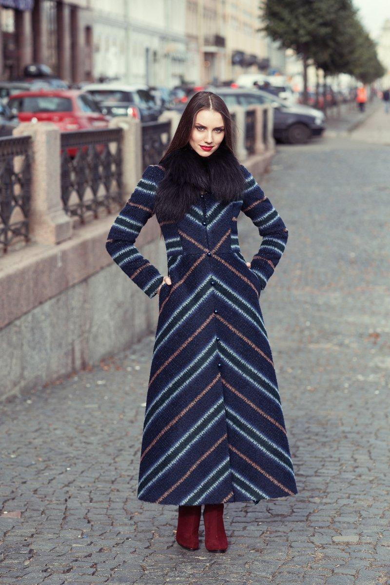 Пальто длинное с меховым воротником