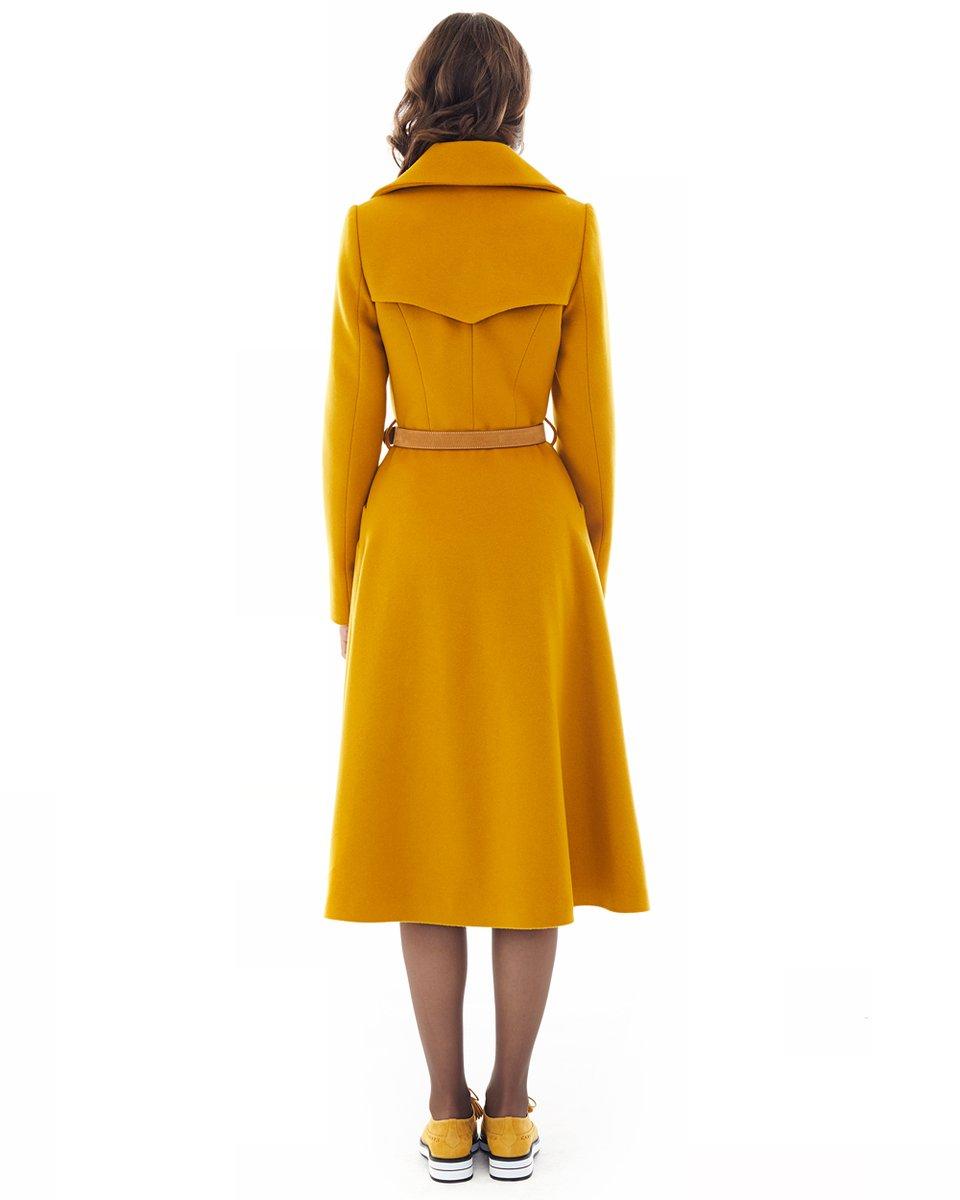 Двубортное пальто с расклешенной юбкой, горчичного цвета
