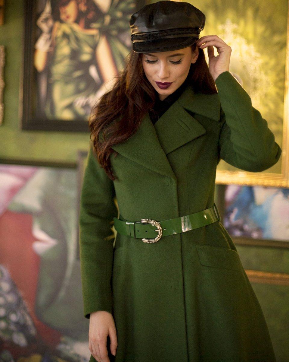 Двубортное пальто нежно-зеленого цвета