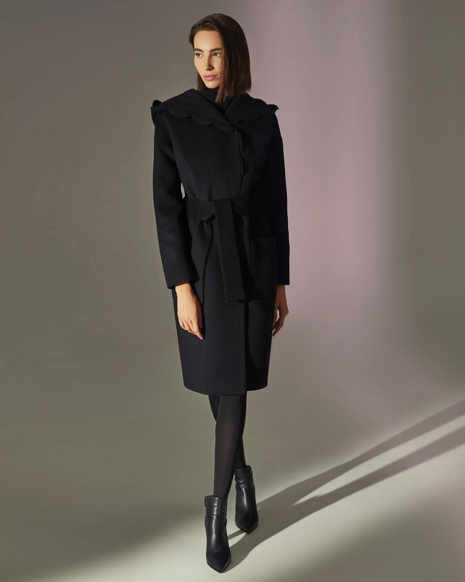 Пальто с фестонами на капюшоне, черного цвета