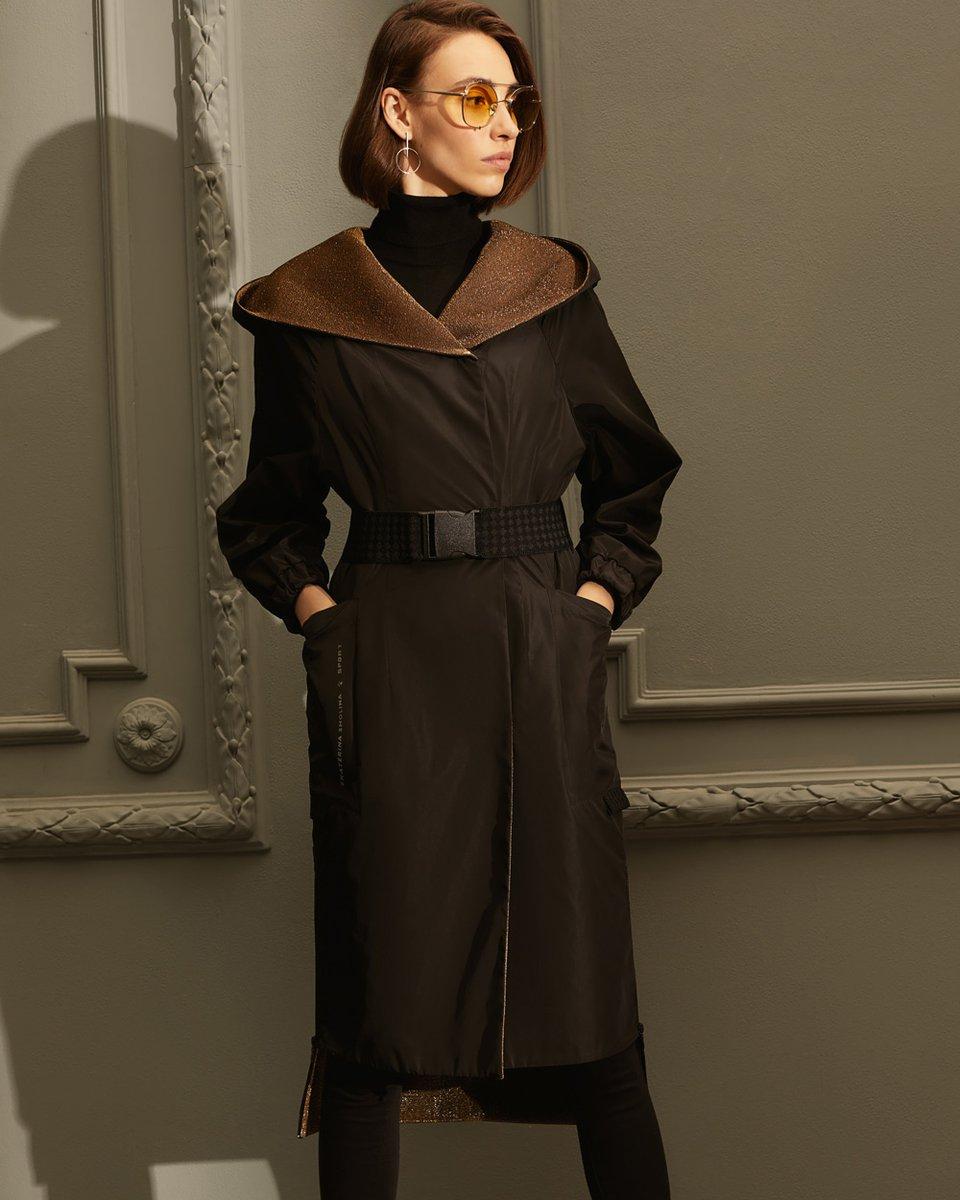 Пальто из плащевой ткани черного цвета с золотистой подкладкой