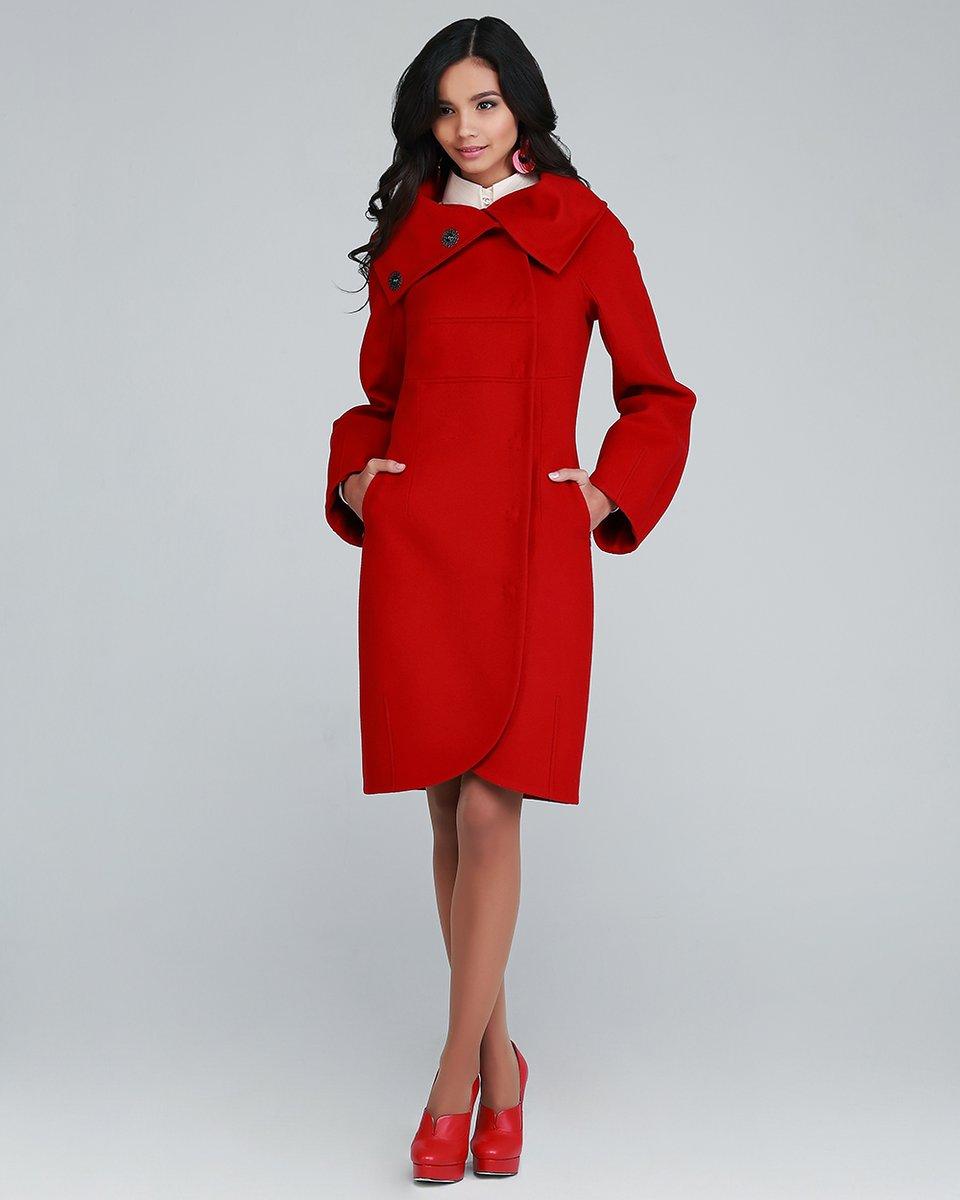 Пальто из шерстяной ткани с объемными воротником и рукавами.