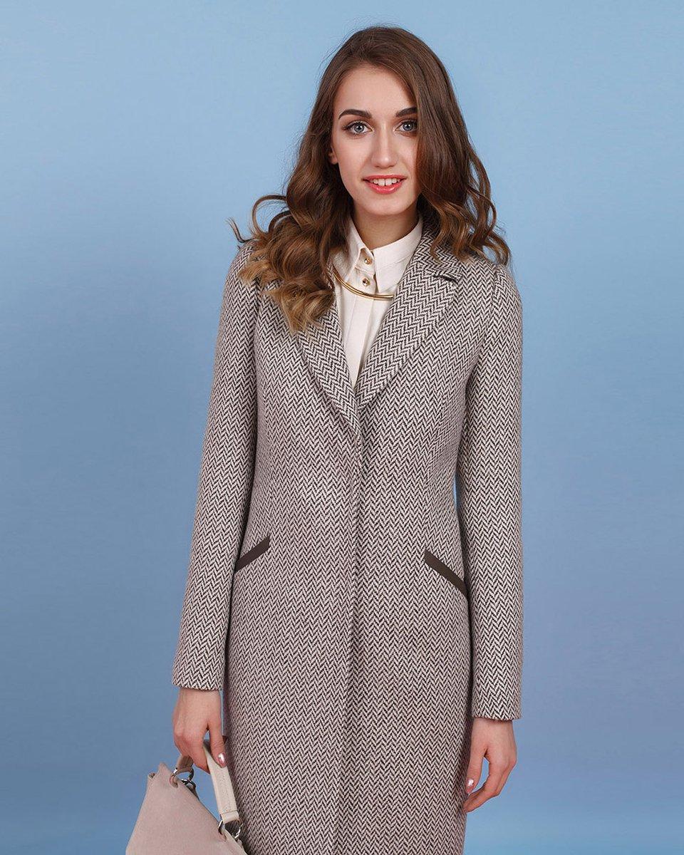 Пальто из твида бежевого цвета с переплетением «елочка»