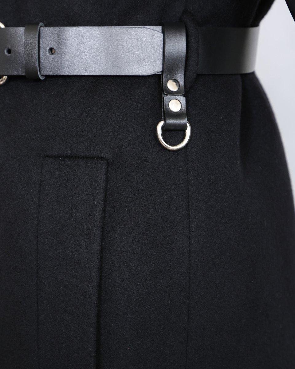 Зимнее пальто с объемными рукавами и кожаной поясной сумкой