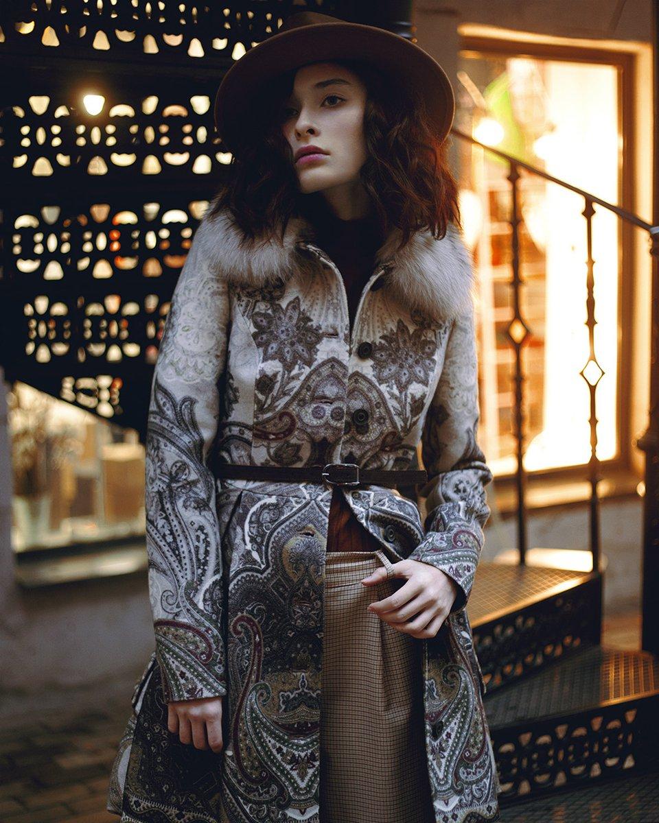Зимнее пальто с авторским принтом и пышной юбкой