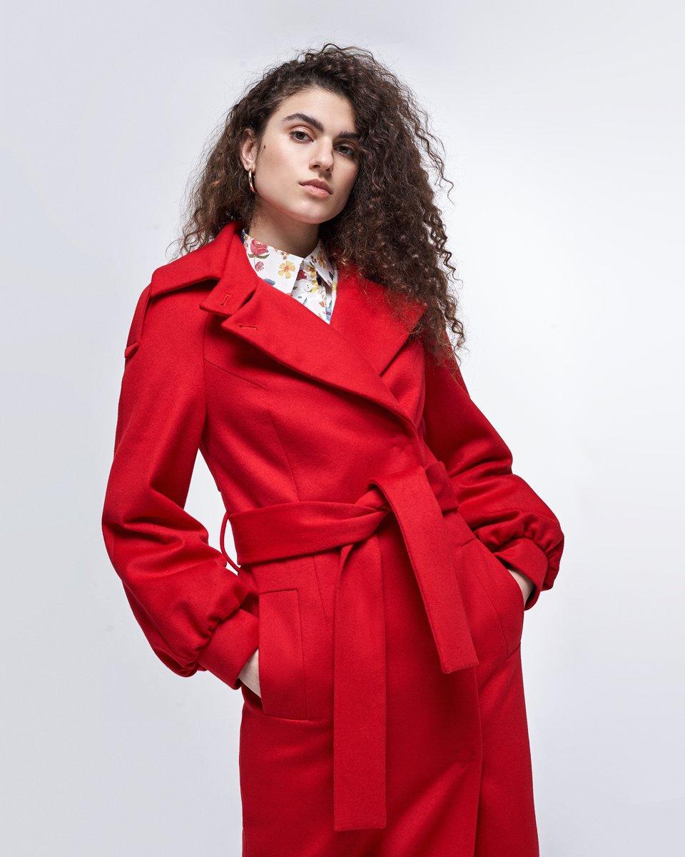 Зимнее пальто красного цвета с пышными рукавами
