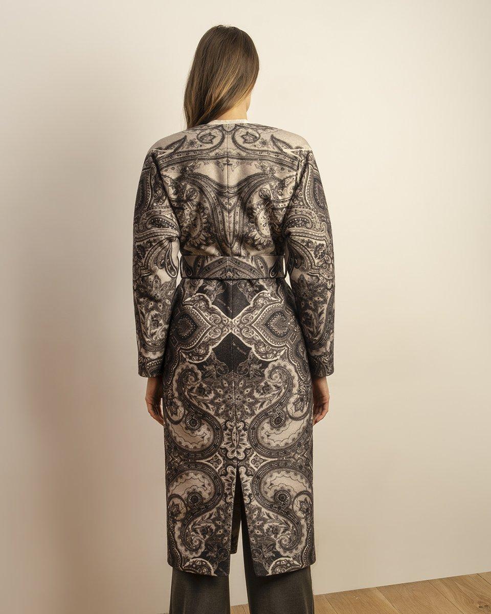 Зимнее пальто с капюшоном из плащевой ткани