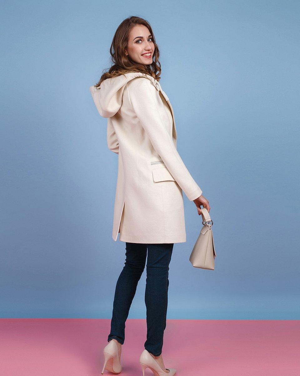 Пальто молочного цвета с капюшоном