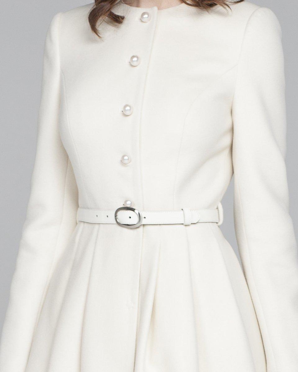 Пальто молочного цвета с перфорацией на юбке