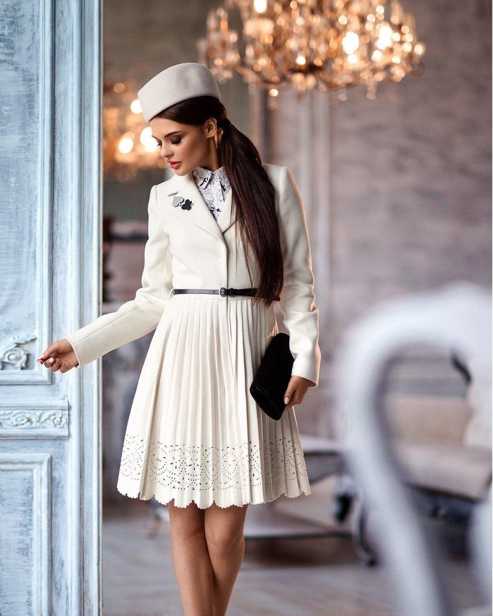 Пальто молочного цвета с пышной юбкой плиссе и фестонами