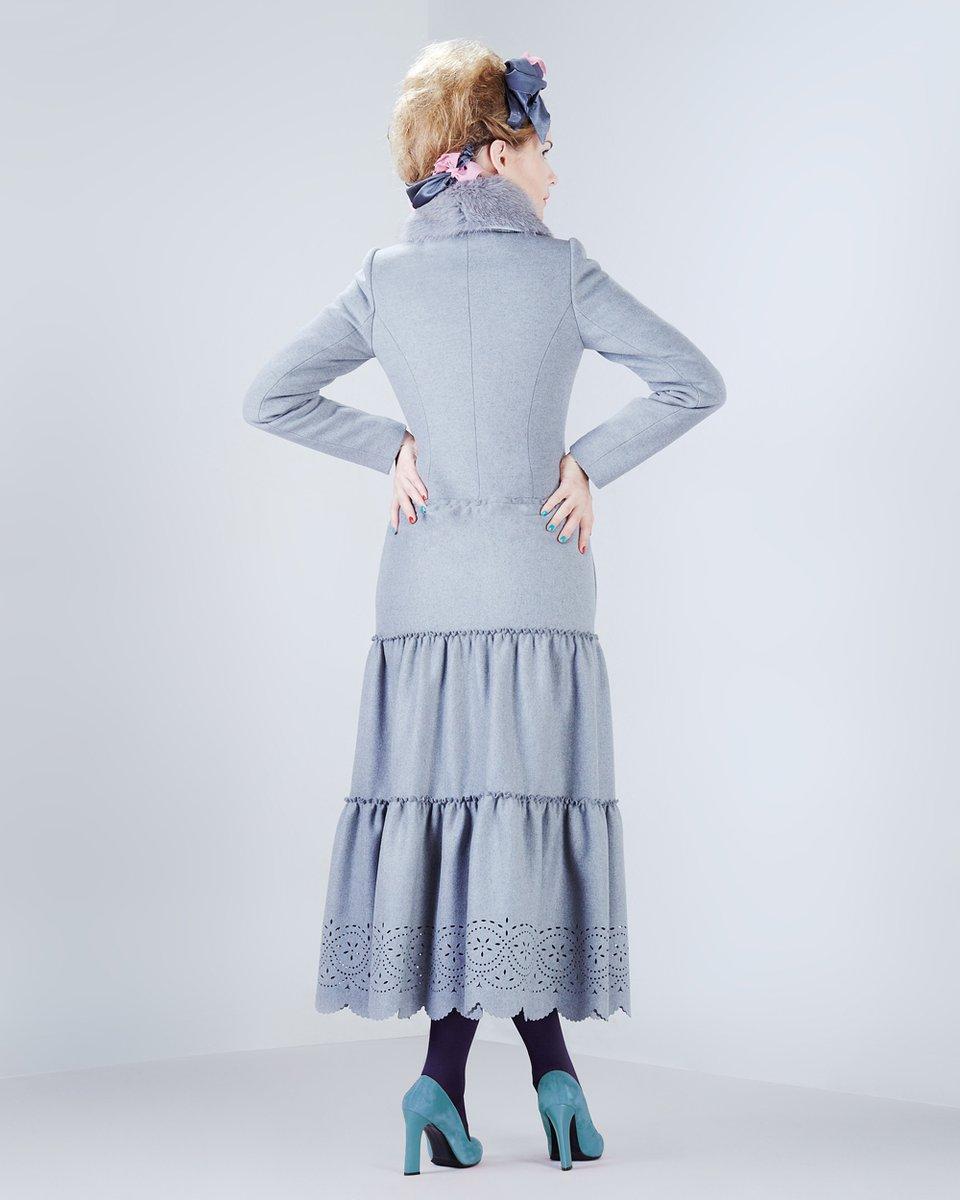"""Пальто """"Облако"""" с тремя воланами и фестонами по низу, серого цвета."""