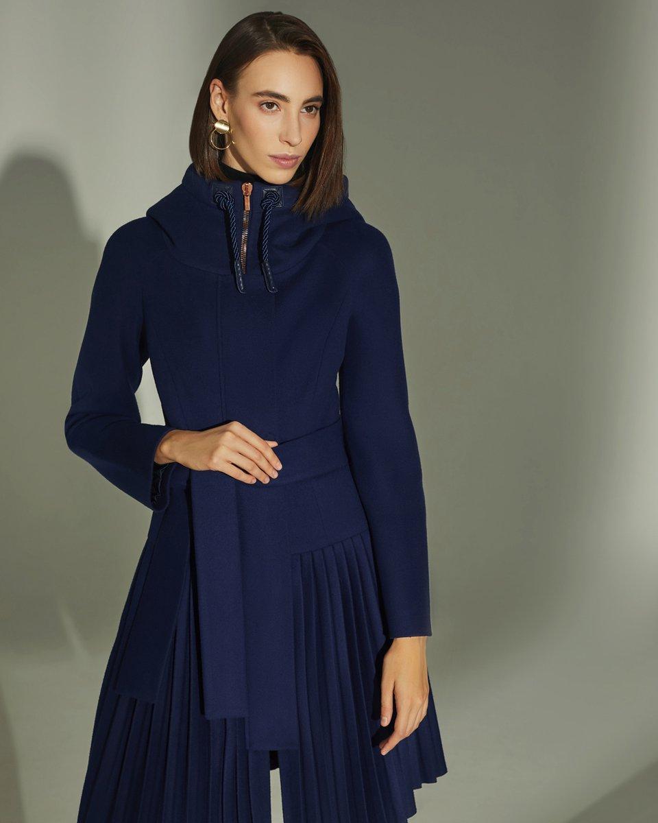 Зимнее пальто с капюшоном и плиссированной юбкой