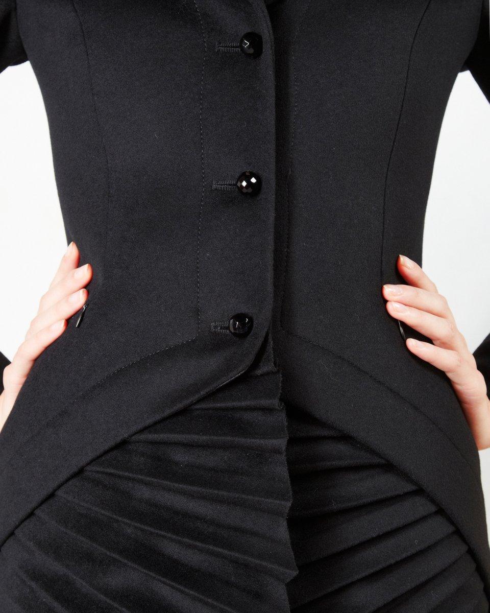 Пальто черного цвета с веерообразными вставками плиссе