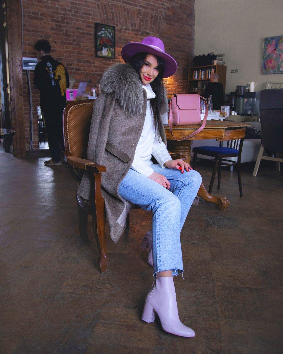 Пальто приталенного силуэта с кожаным ремнем, бежевого цвета