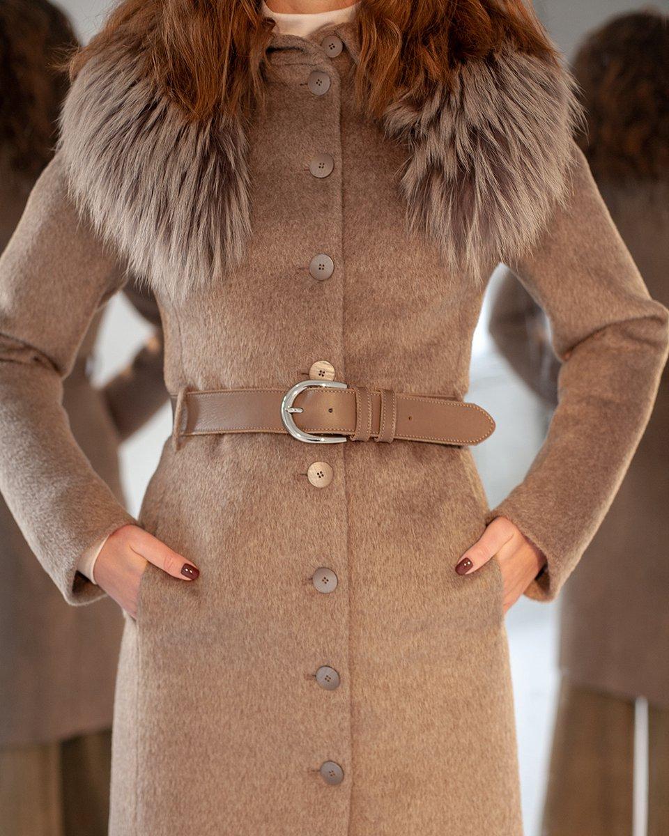 Зимнее пальто приталенного силуэта с кожаным ремнем, бежевого цвета
