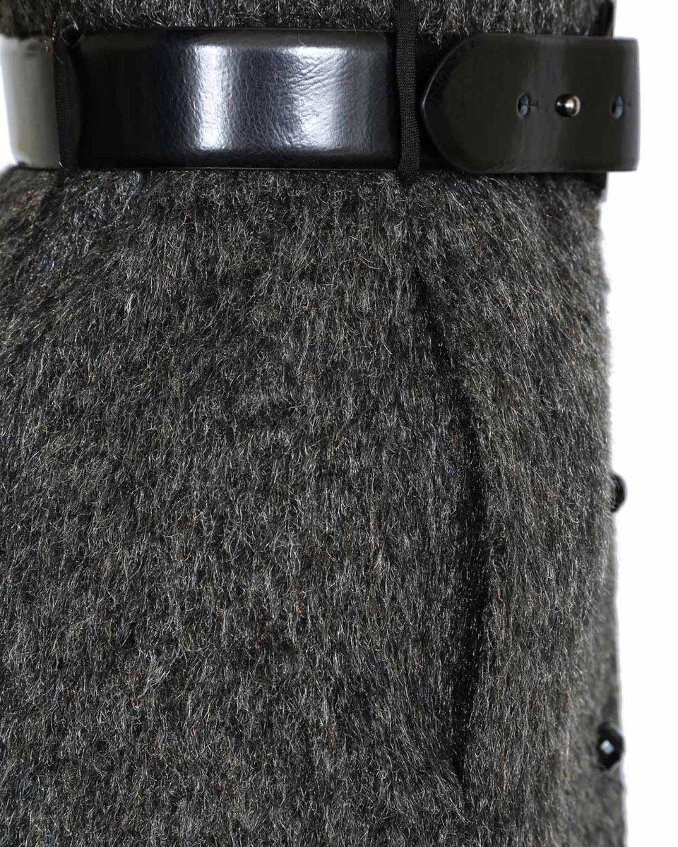 Зимнее пальто серого цвета с кожаным ремнем