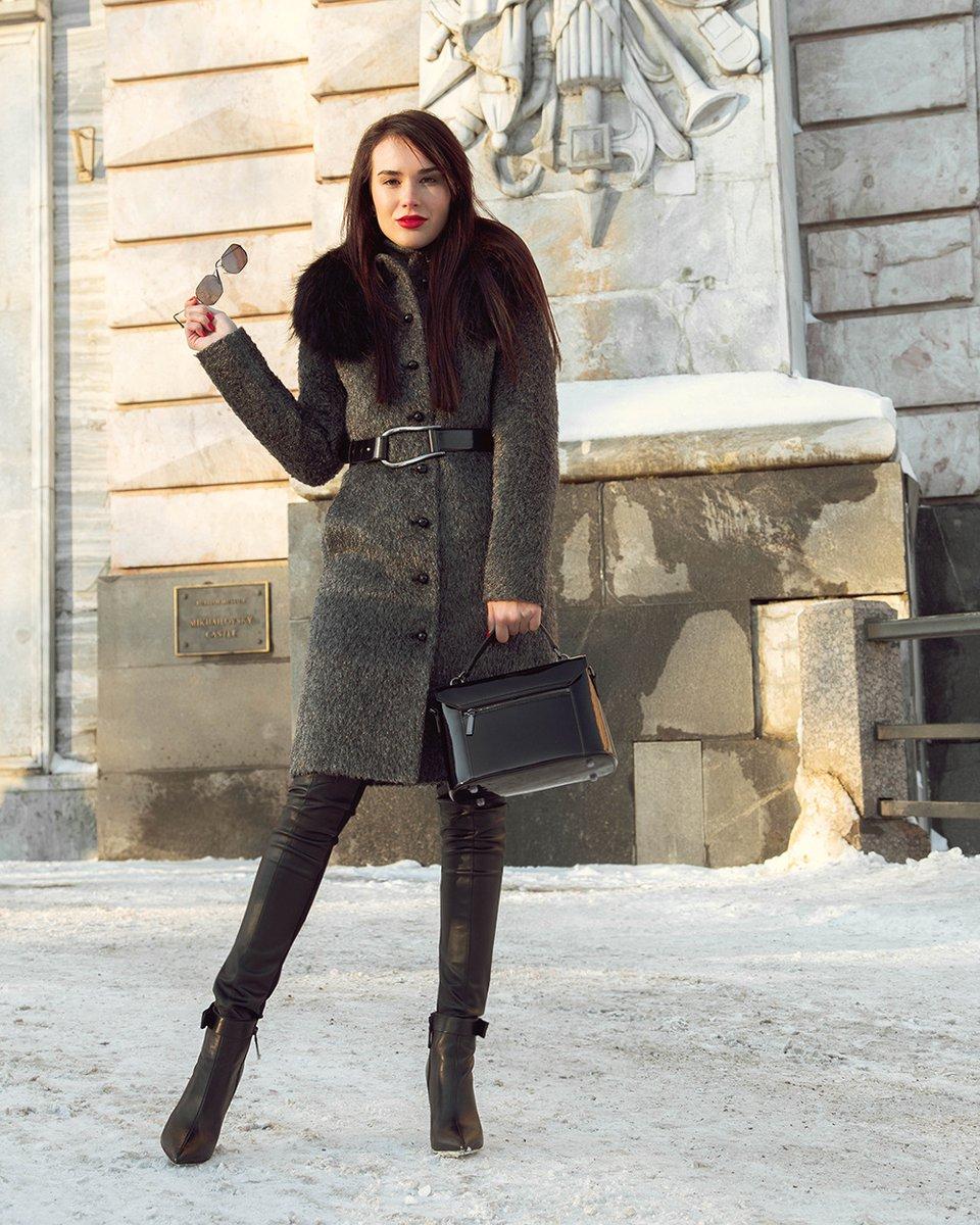 Пальто приталенного силуэта с кожаным ремнем, серого цвета