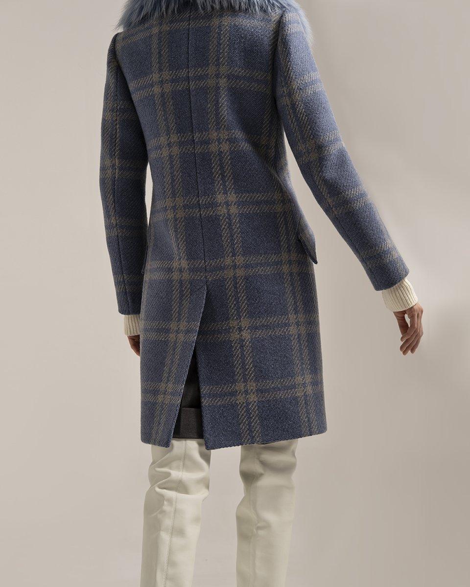 Пальто голубого цвета в крупную клетку с меховым  воротником