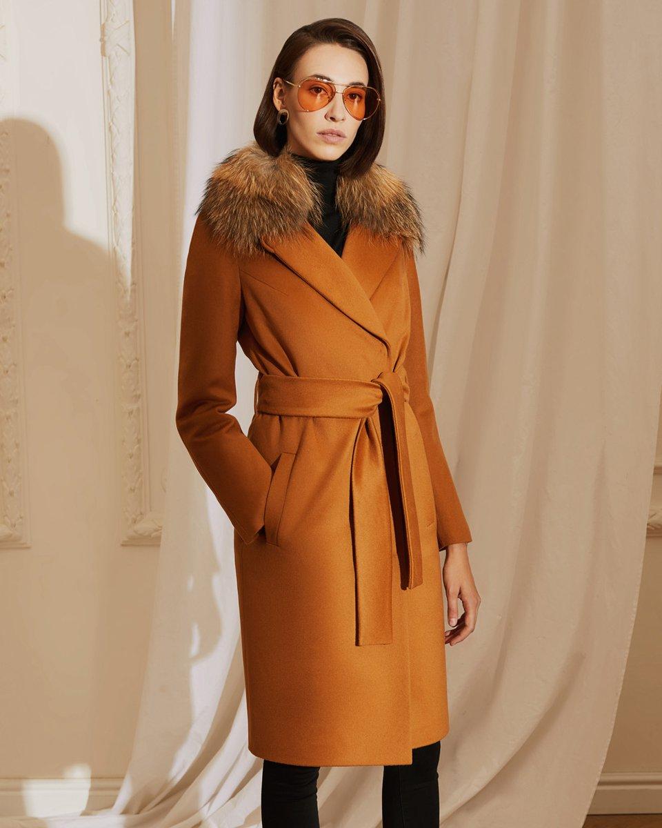 Пальто прямого кроя цвета camel, с меховым воротником