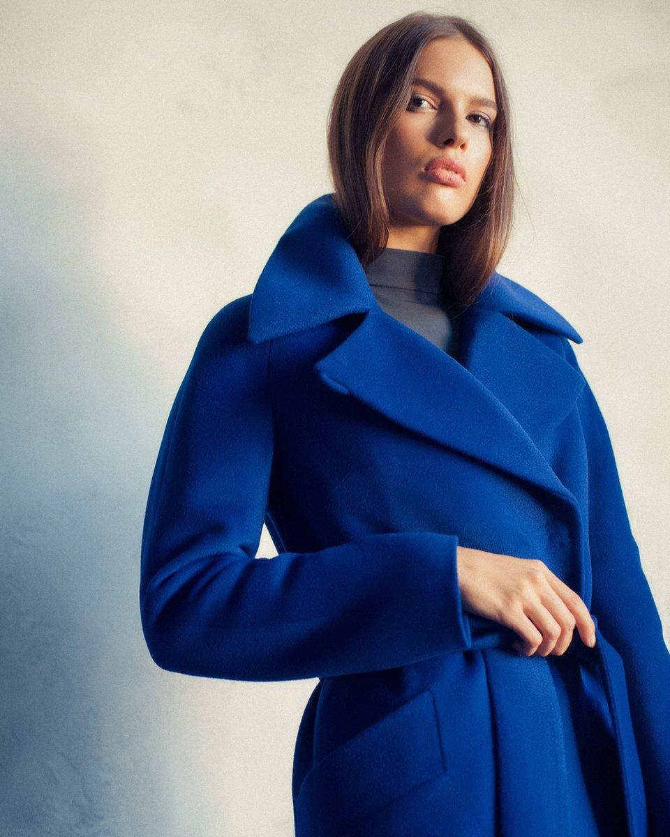 Зимнее пальто прямого силуэта, цвета ультрамарин