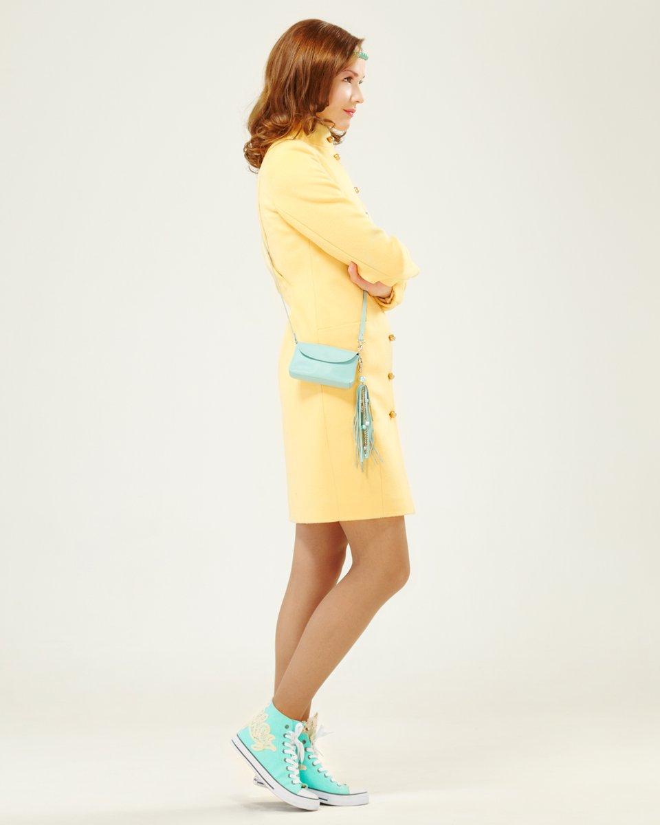 Пальто прямого силуэта с декоративной косой на спинке, желтое