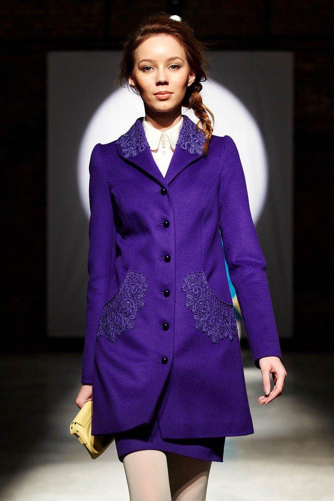 Фиолетовое пальто прямого силуэта с кружевом
