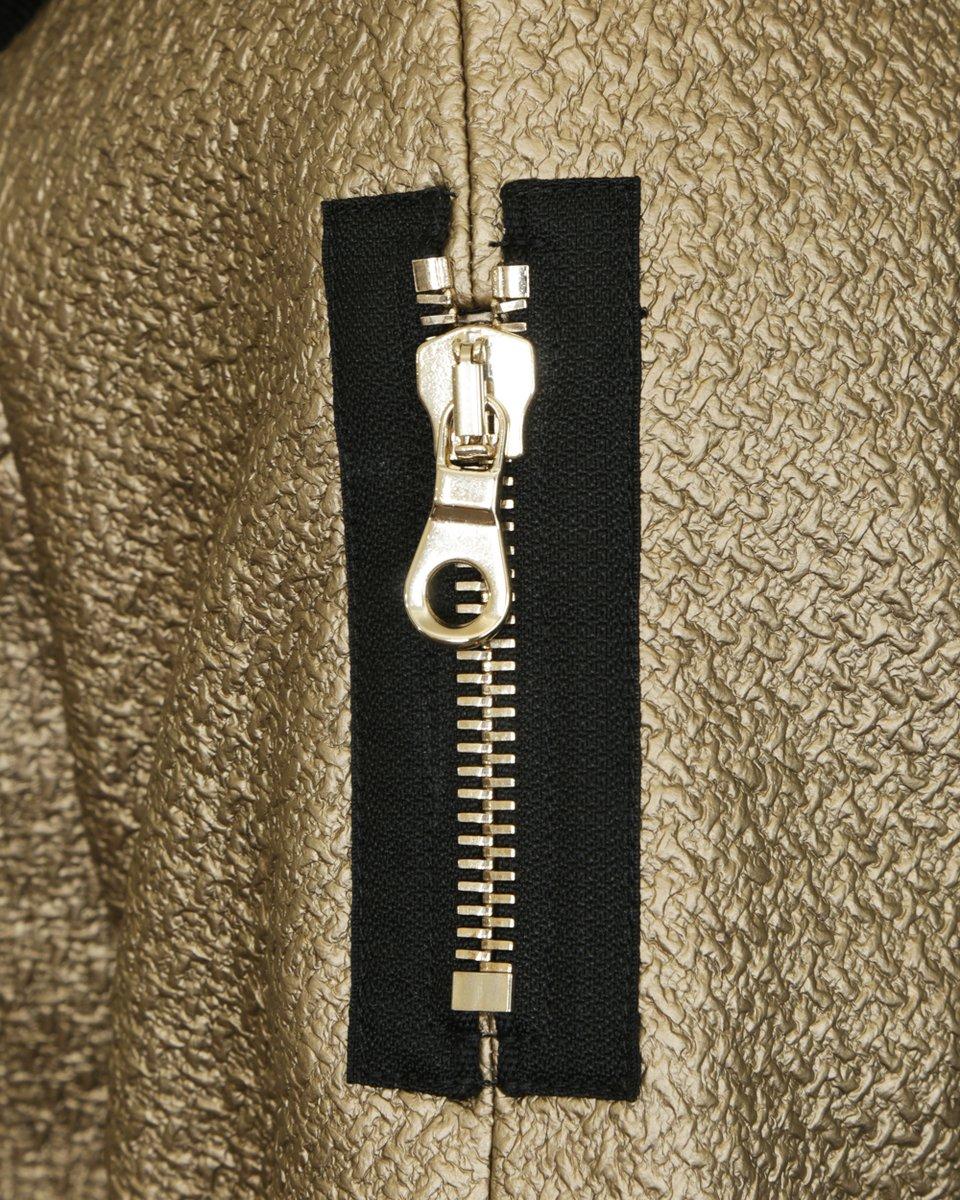 Пальто прямого силуэта золотистого цвета с объемным трикотажным воротником