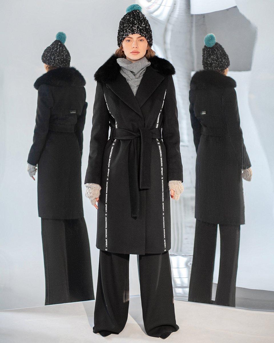 Зимнее пальто черного цвета с меховым воротником