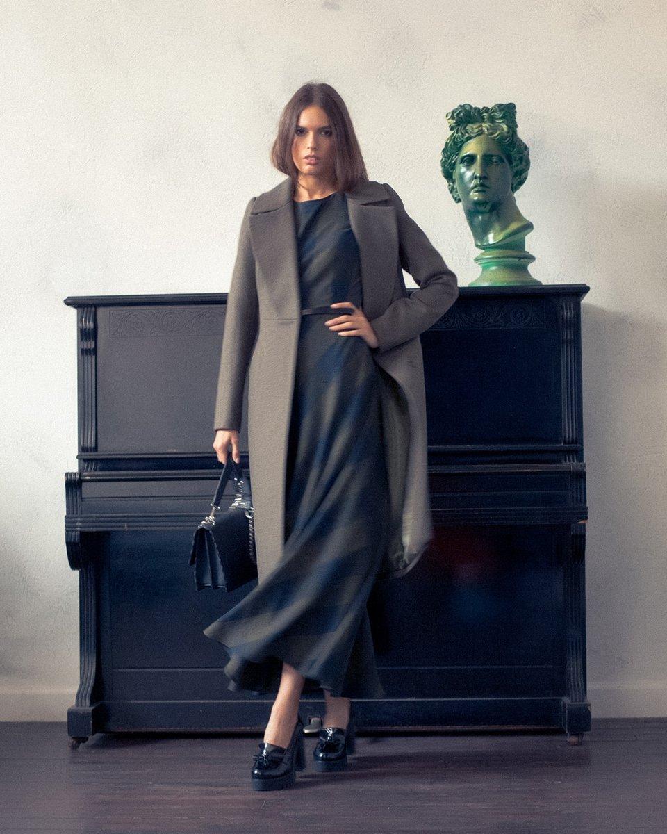 Пальто оливкового цвета с удлиненными лацканами