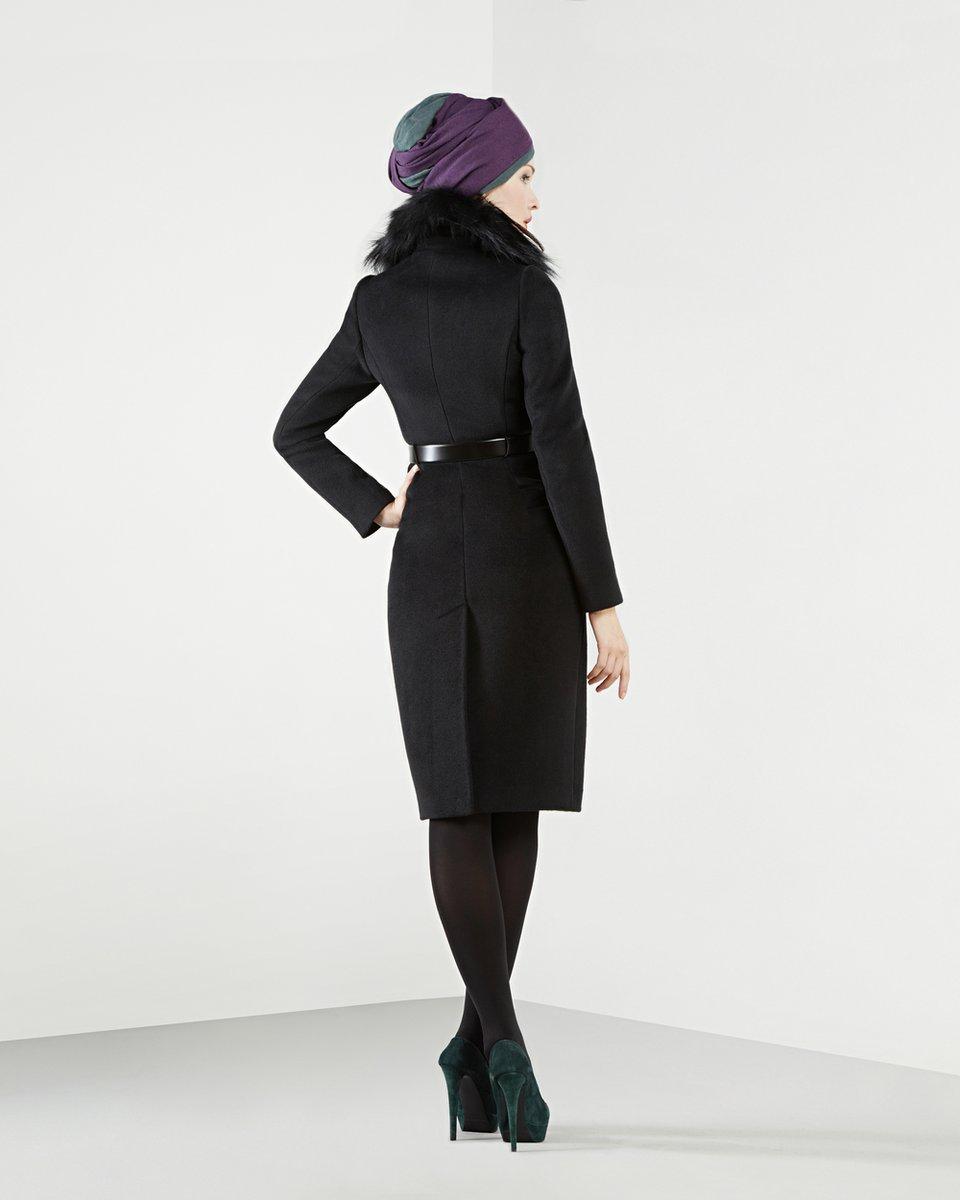 Пальто с меховым воротником-шалью, черного цвета.