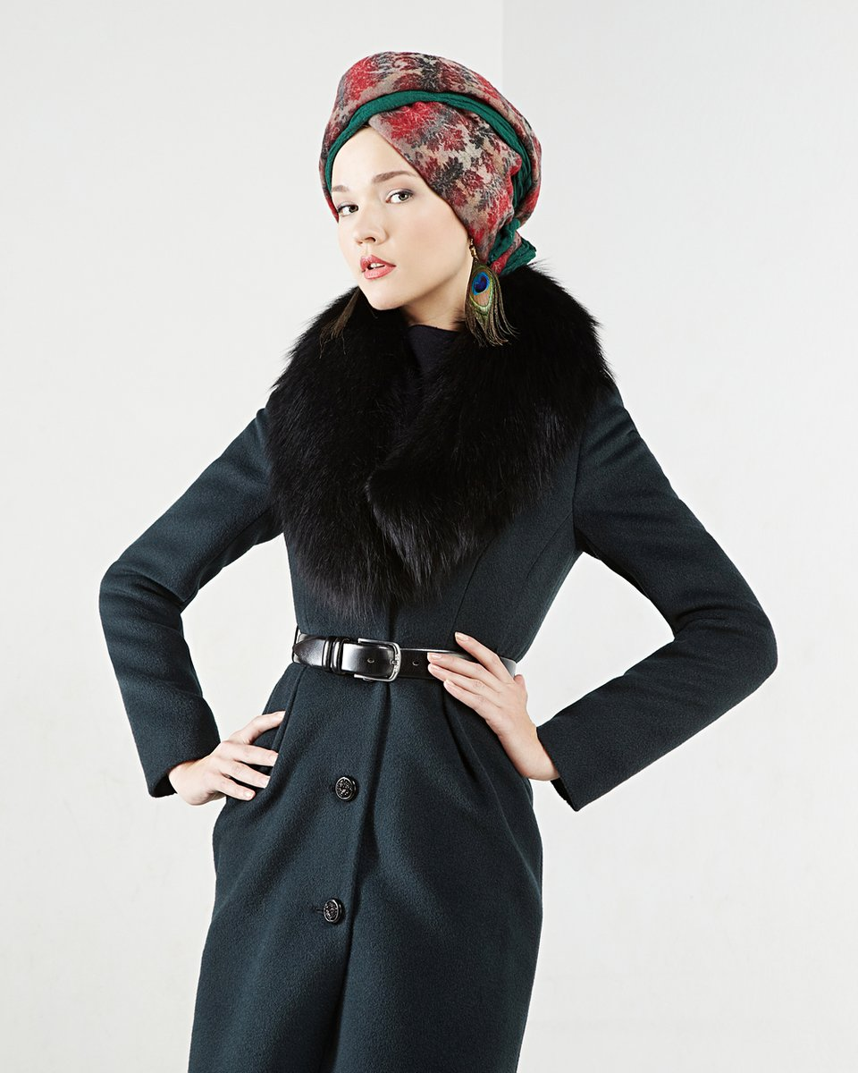 Пальто с меховым воротником-шалью, изумрудного цвета.