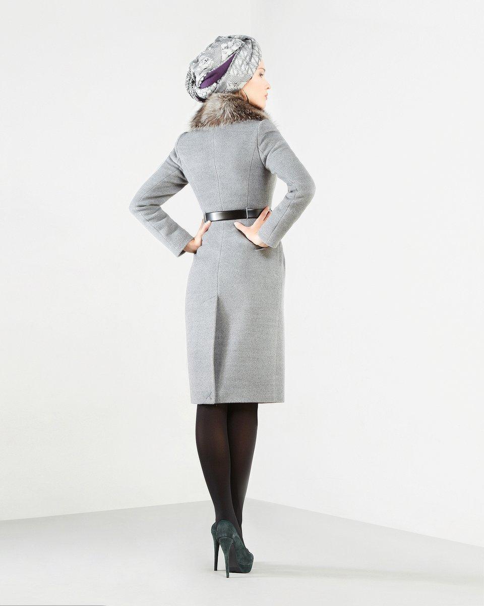 Пальто с меховым воротником-шалью, серого цвета.